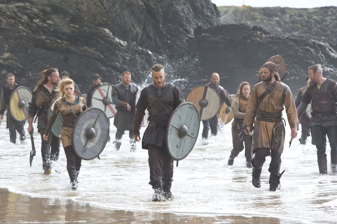 Auf Beutezug in fremden Landen: die Wikinger Ragnar (Travis Fimmel, M.), Lagertha (Katheryn Winnick, l.) und Rollo (Clive Standen, r.) ... - Bildquelle: 2013 TM TELEVISION PRODUCTIONS LIMITED/T5 VIKINGS PRODUCTIONS INC. ALL RIGHTS RESERVED.