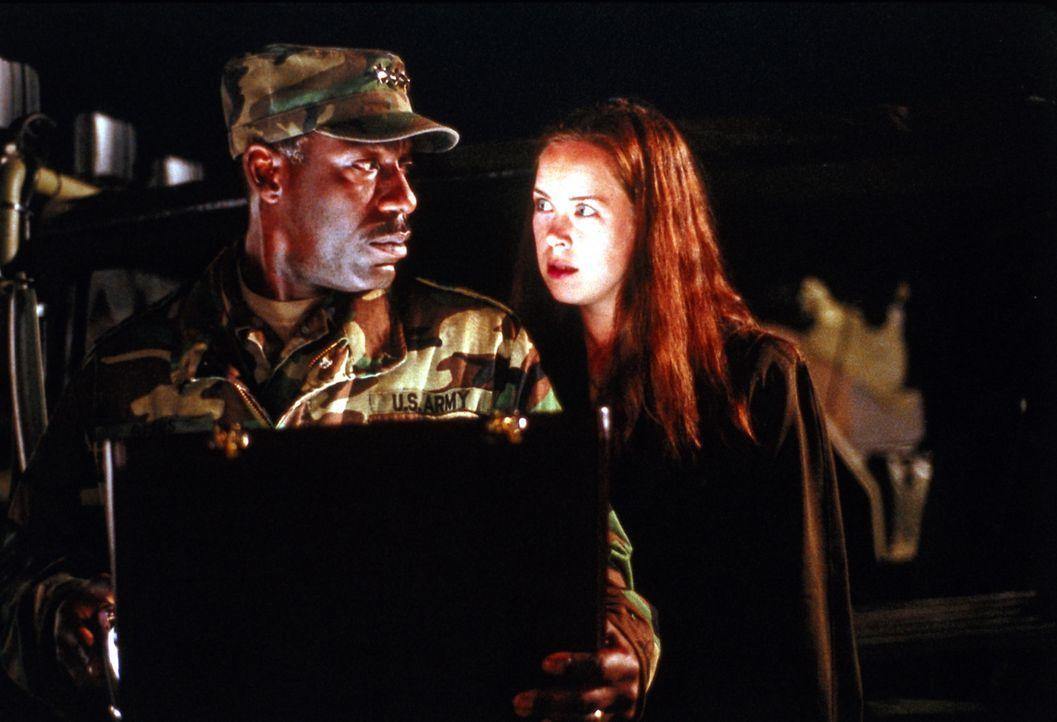 Gegenwart. Um einen Köder für die Aliens zu haben, entführt General Beers (James McDaniel, l.) Lisas (Emily Bergl, r.) Tochter Allie ? - Bildquelle: TM &   DREAMWORKS LLC.All Rights Reserved