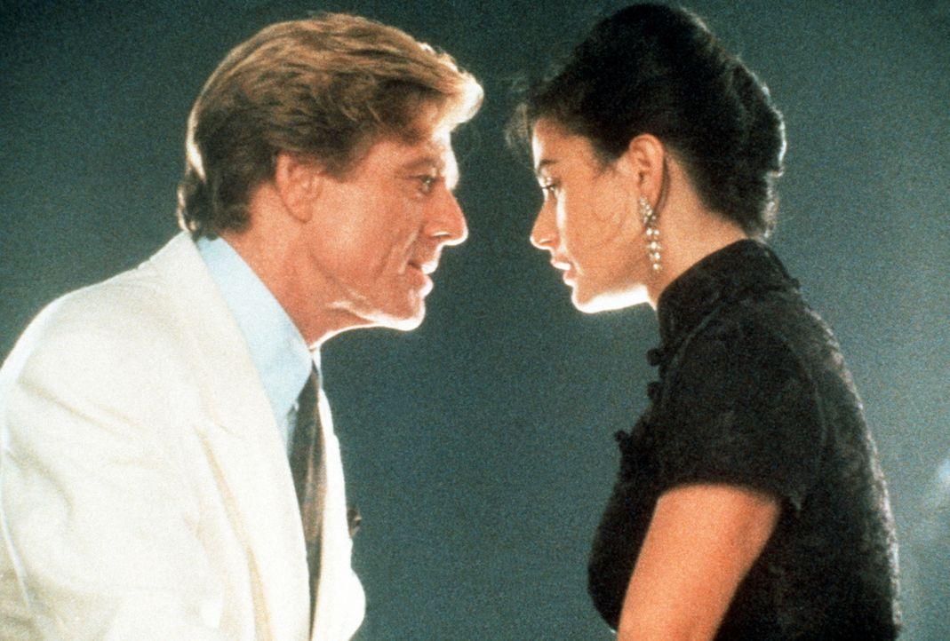Zuerst kann der reiche John Gage (Robert Redford, l.) die verheiratete Diana Murphy (Demi Moore, r.) nur mit seinem Geld verführen. Doch allmählich... - Bildquelle: Paramount Pictures