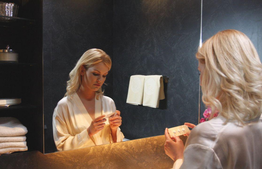 Alexandra (Ivonne Schönherr) sieht nur noch einen Ausweg: Sie muss das Kind abtreiben! Dann kann Philip sie nicht mehr erpressen und sie kann endli... - Bildquelle: SAT.1