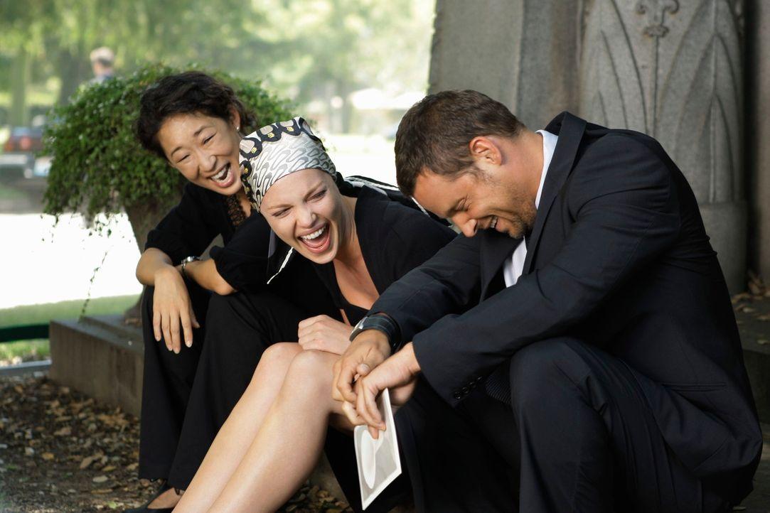 Müssen über die Absurditäten des Lebens lachen: Christina (Sandra Oh, l.), Izzie (Katherine Heigl, M.),  und Alex (Justin Chambers, r.)  .... - Bildquelle: Touchstone Television