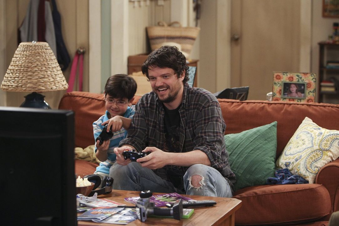 Baxter (Matt Jones, r.) hat so seine eigenen Erziehungsmethoden - sehr zum Ärger von Christy, die ihren gemeinsamen Sohn Roscoe (Blake Garrett Rosen... - Bildquelle: Warner Bros. Television