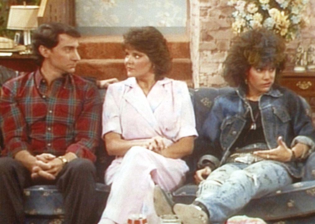 Marcy (Amanda Bearse, M.) und Steve (David Garrison, l.) geben sich alle Mühe, mit Kellys Freundin Debbie (Liane Curtis, r.) Konversation zu betreib... - Bildquelle: Sony Pictures Television International. All Rights Reserved.