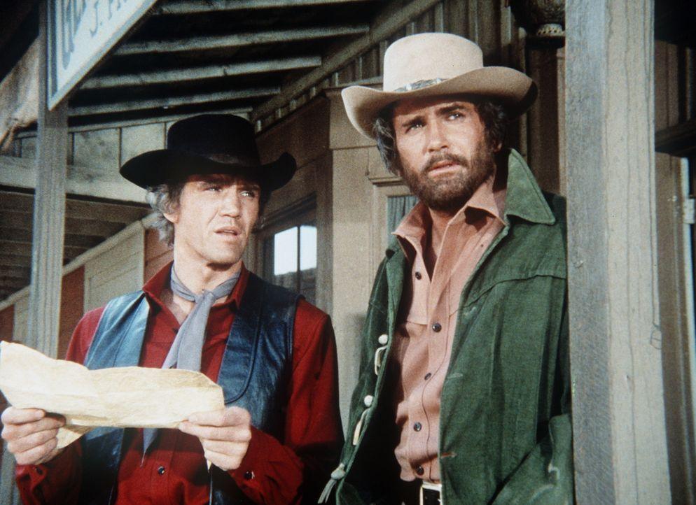 Little Joe (Michael Landon, r.) und Candy (David Canary, l.) sind auf der Suche nach Alices Mörder. - Bildquelle: Paramount Pictures