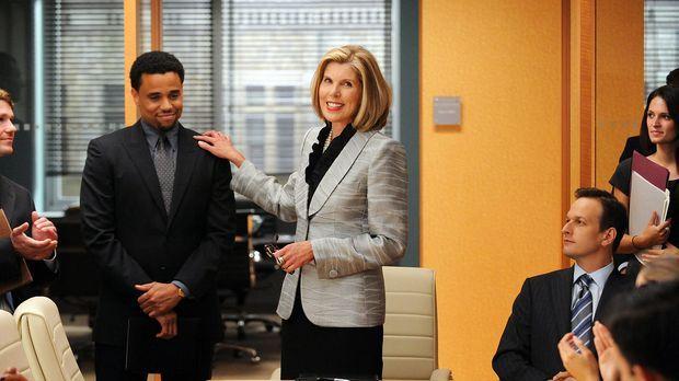 Diane (Christine Baranski, M.) und Will (Josh Charles, r.) begrüßen einen neu...