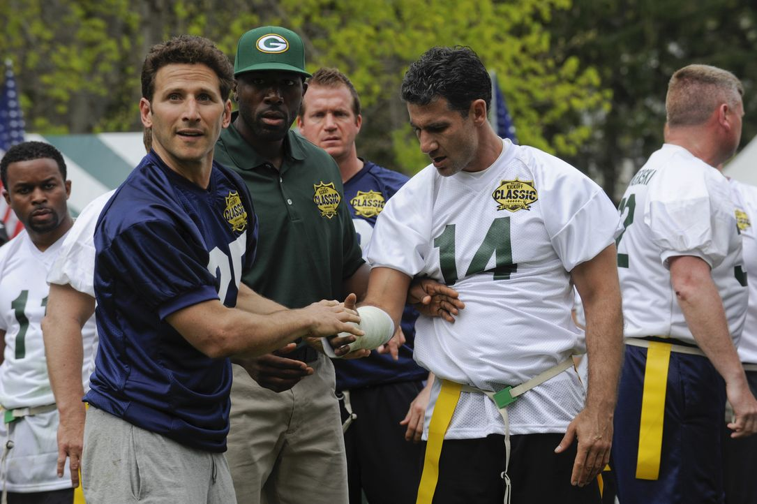 Ein Wohltätigkeitsfootballspiel entwickelt sich für Hank (Mark Feuerstein, l.), den Profi Greg Jennings (Greg Jennings, M.) und Ken Killer (Michael... - Bildquelle: Barbara Nitke 2011 Open 4 Business Productions, LLC. All Rights Reserved.