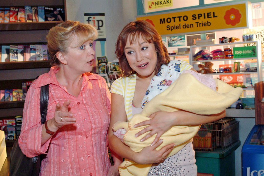 Yvonne (Bärbel Schleker, r.) kommt mit Kioskjob und Kind bestens zurecht, doch Helga (Ulrike Mai, l.) gibt ihr den guten Rat, sich das gegenüber Max... - Bildquelle: Monika Schürle Sat.1