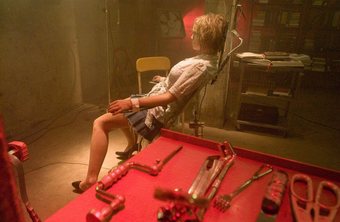 Wird getötet, um wiederbelebt, um getötet zu werden: eine junge Frau (Whitney Labrum). Schließlich bettelt sie darum, endgültig sterben zu dürfen ..... - Bildquelle: Warner Bros. Television
