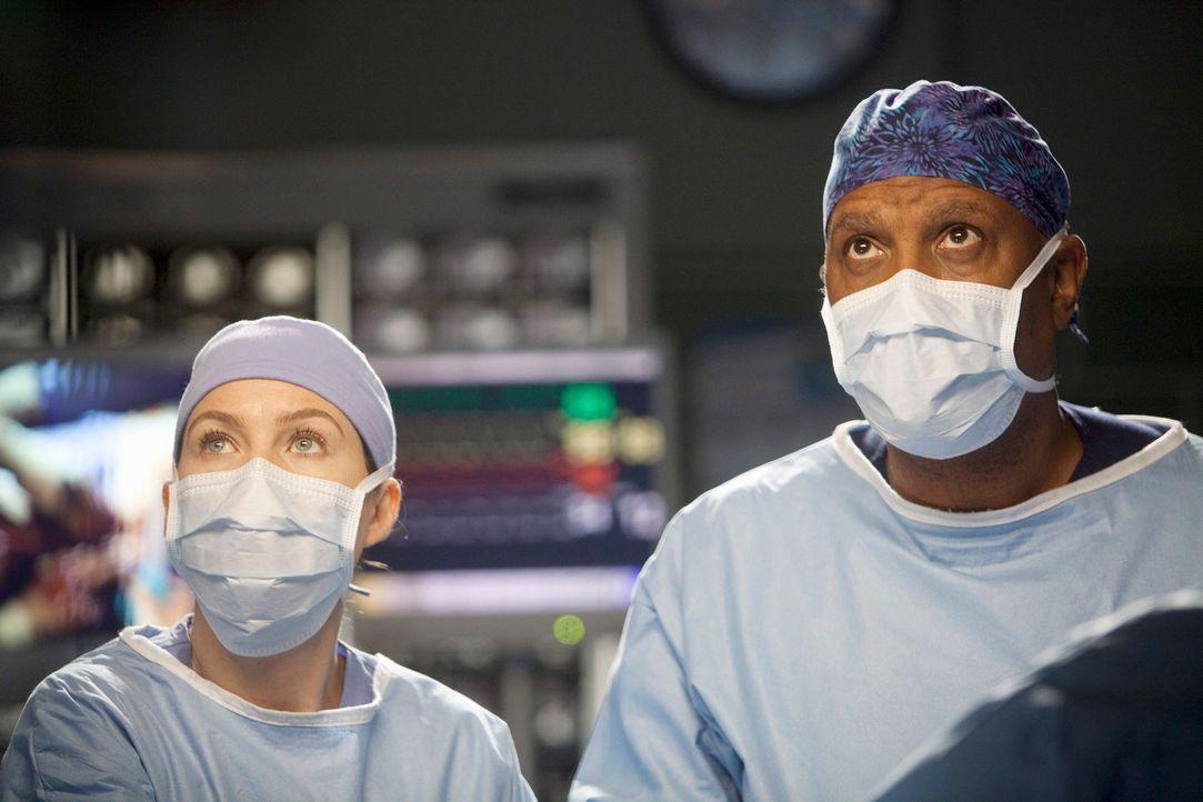 Stehen vor einer schwierigen Operation: Webber (James Pickens, Jr., r.) und Meredith (Ellen Pompeo, l.) ... - Bildquelle: ABC Studios