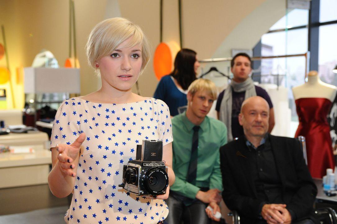 Beim Fotoshooting: (vorne v.l.n.r.) Olivia (Kasia Borek), Virgin (Chris Gebert) und  Bruno (K. Dieter Klebsch) ... - Bildquelle: SAT.1