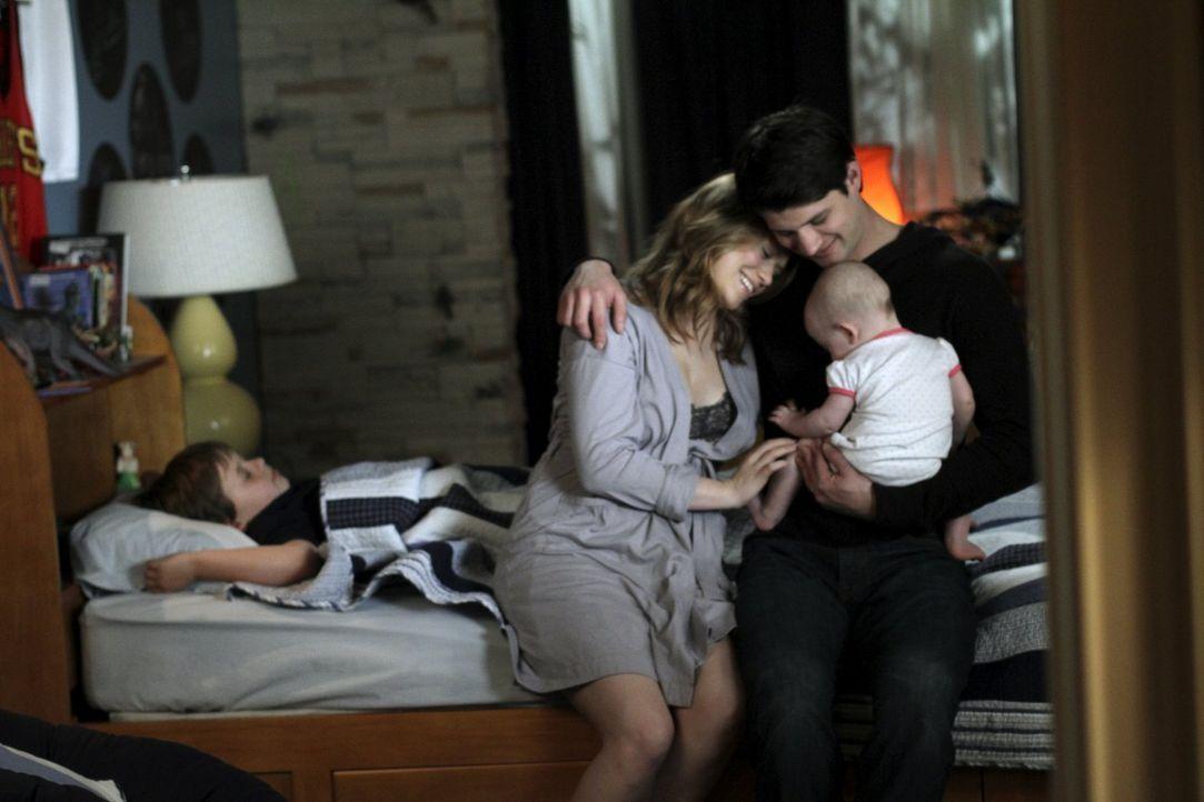 Jamie (Jackson Brundage, l.), Haley (Bethany Joy Lenz, M.), Nathan (James Lafferty, r.) und die kleine Lydia genießen ihr Familienleben ... - Bildquelle: Warner Bros. Pictures