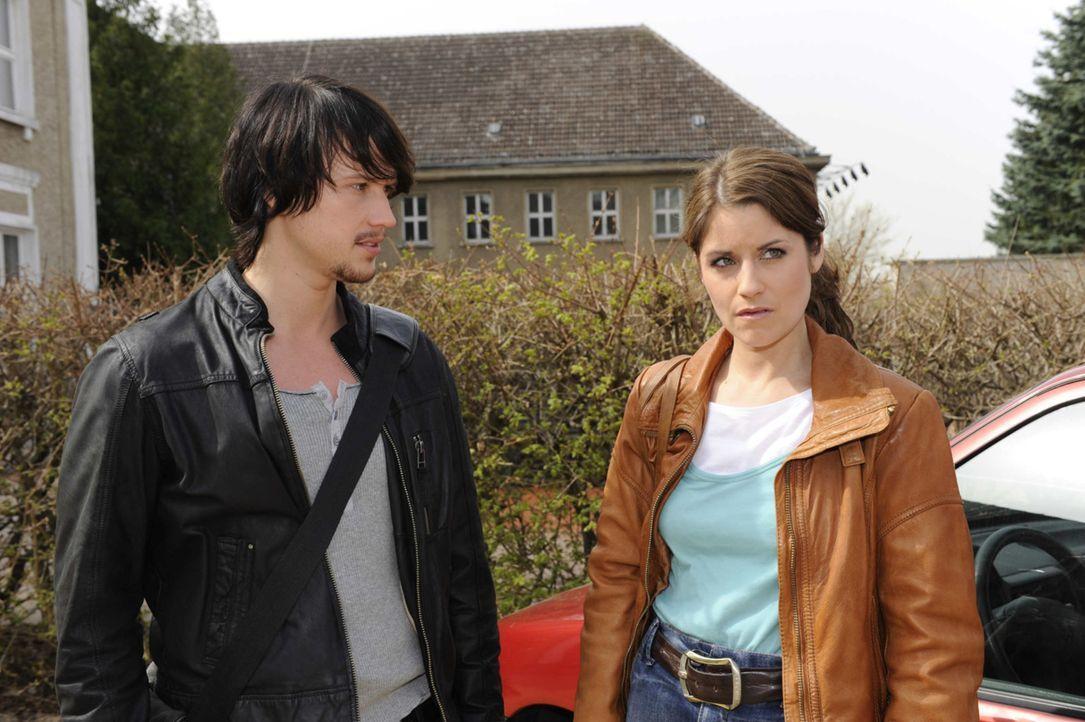 Bea (Vanessa Jung, r.) und Michael geraten mal wieder wegen Ben (Christopher Kohn, l.) aneinander ... - Bildquelle: SAT.1