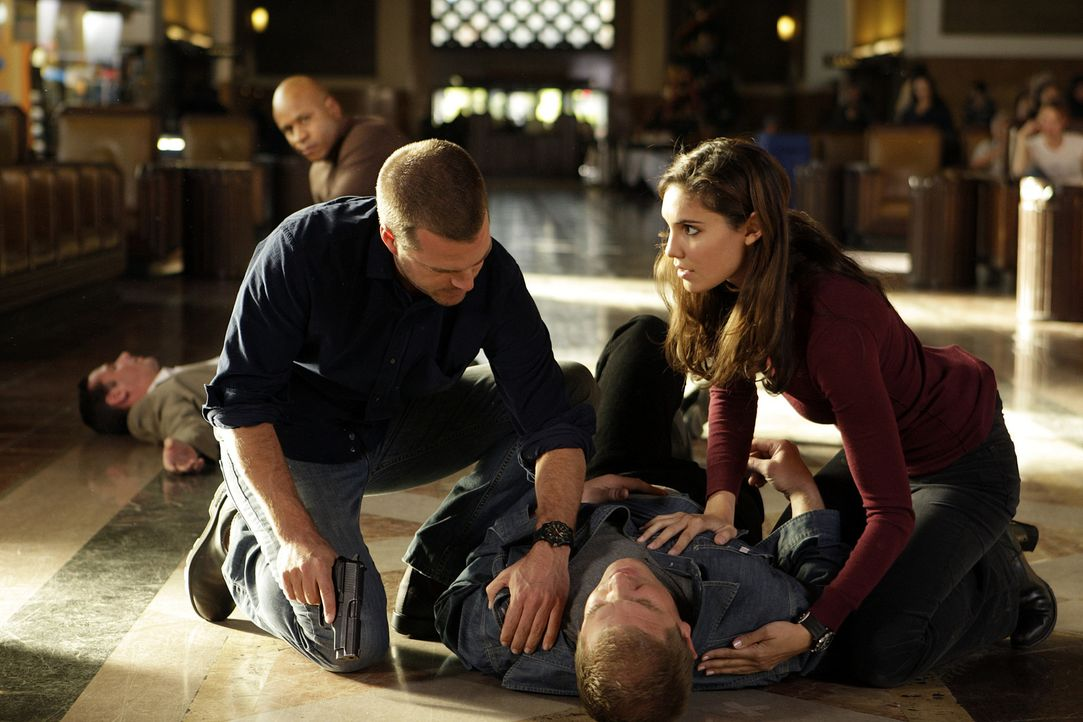 Um in einem Mordfall weiterzukommen muss Callen (Chris O'Donnell, M.) in seine alte Identität schlüpfen. Gemeinsam mit Kensi (Daniela Ruah, r.) und... - Bildquelle: CBS Studios Inc. All Rights Reserved.
