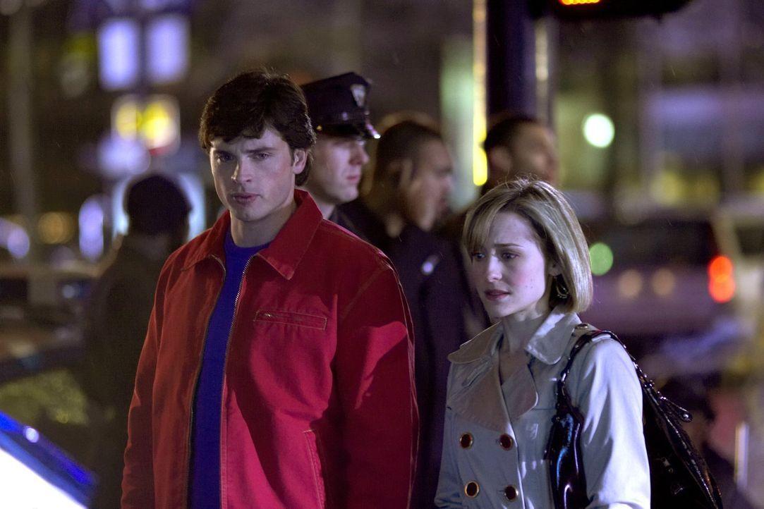 Sie wissen genau, wer Lionel Luther ermordet hat, können aber nichts: Clark (Tom Welling, l.) und Chloe (Allison Mack, r.) werden bald von einem Fot... - Bildquelle: Warner Bros.