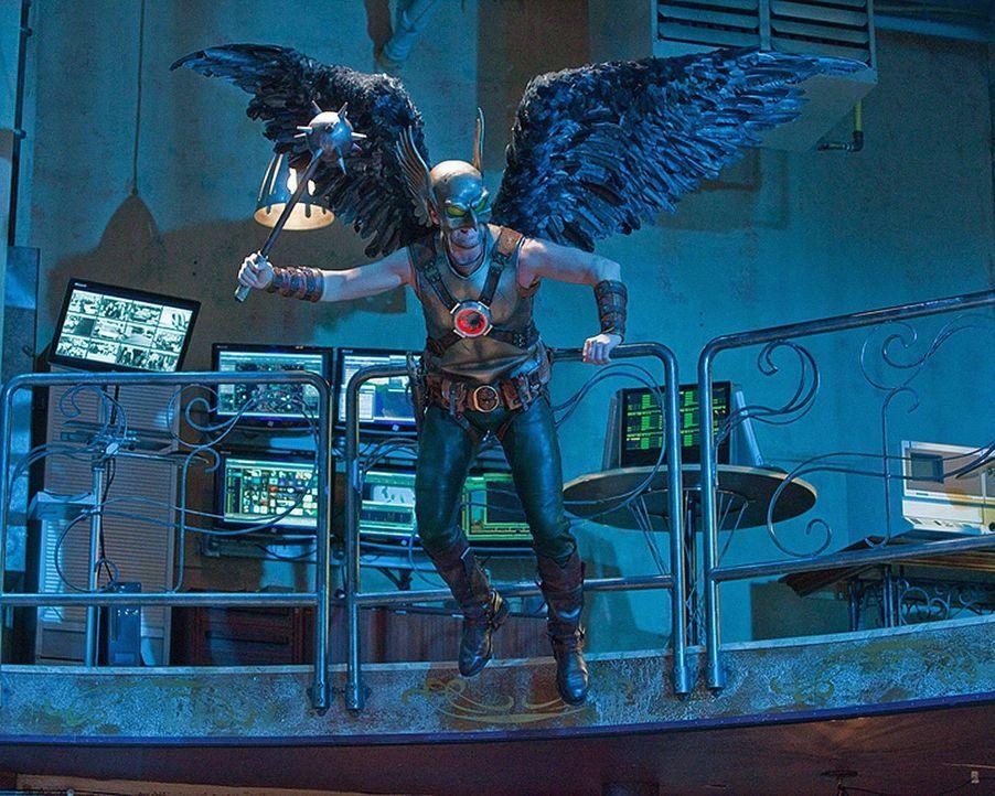 Justice League trifft auf Justice Society: Hawkman (Michael Shanks) unterstützt kräftig im Kampf gegen Icicle ... - Bildquelle: Warner Bros.