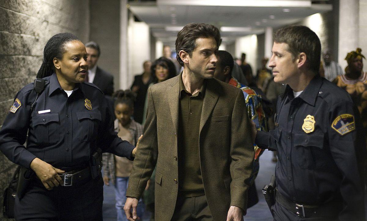 Wird verdächtigt, Drahtzieher eines Terroranschlages zu sein: Anwar El-Ibrahimi (Omar Metwally, M.) ... - Bildquelle: Warner Brothers