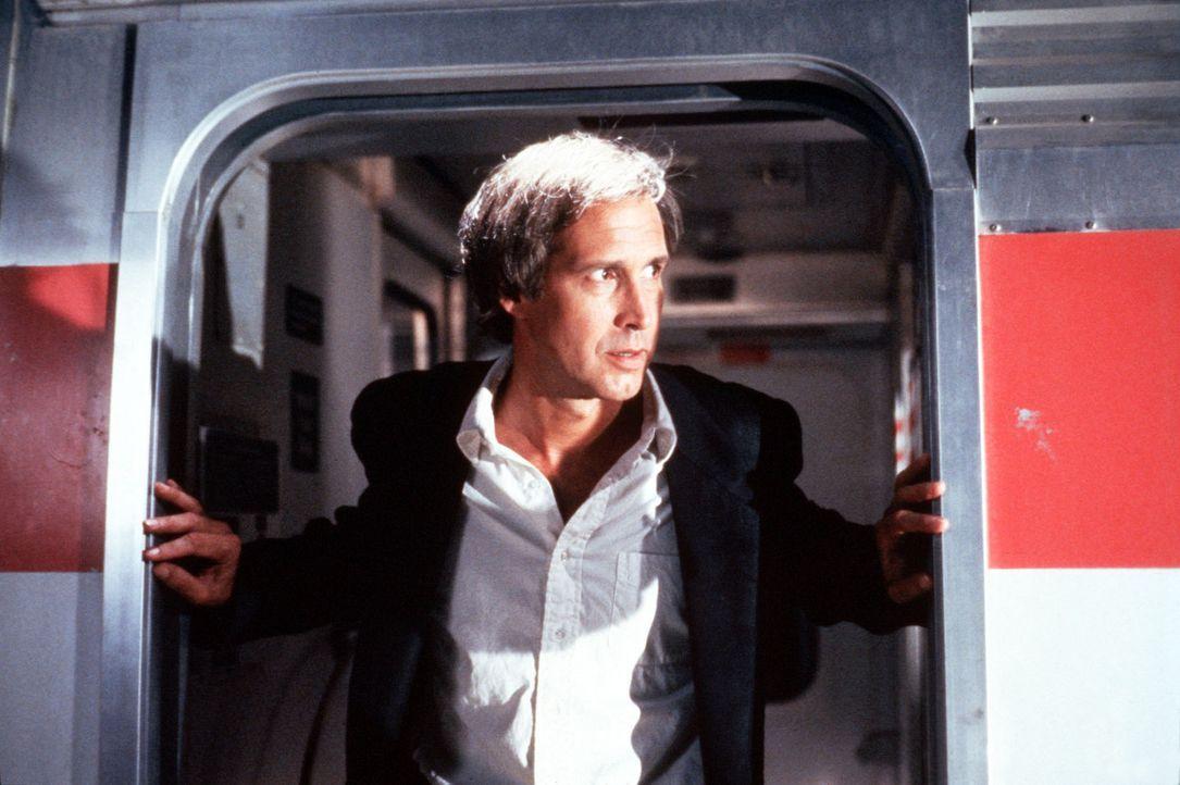Nick (Chevy Chase) wird zur Zielscheibe einer wahnwitzigen Verfolgungsjagd ... - Bildquelle: Warner Bros.