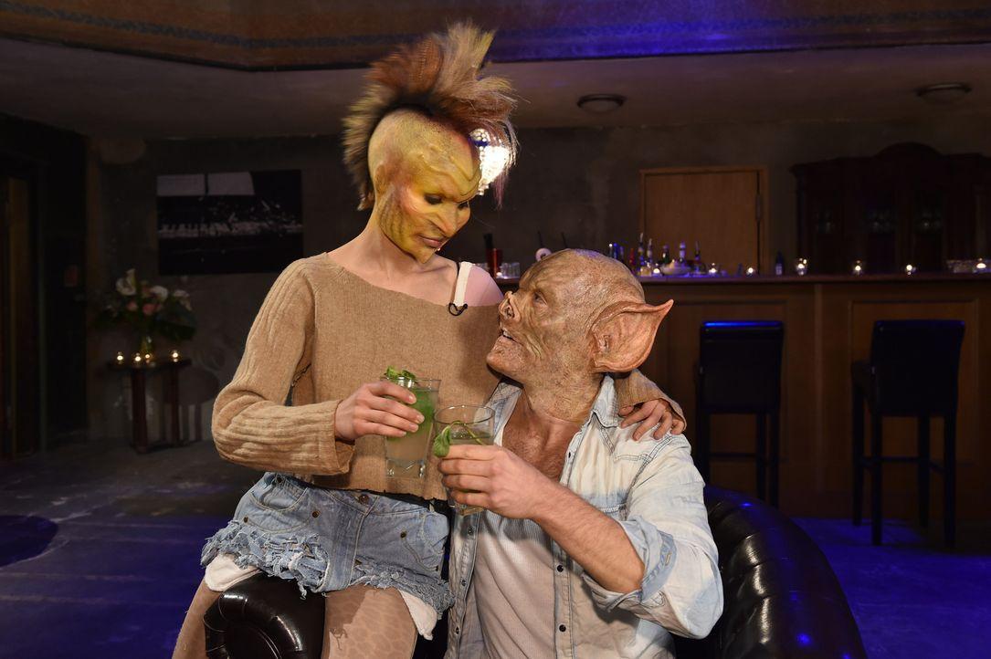 Laura (l.) geht mit Tobias (r.) gleich auf Tuchfühlung ... - Bildquelle: Andre Kowalski Sixx
