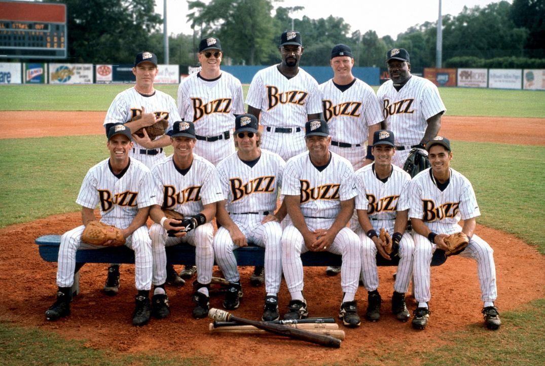 Das Drittligisten-Team Buzz bekommt einen neuen Trainer: Ex-Baseballstar Gus Cantrell (Scott Bakula, vorne 3.v.l.), der anfangs nicht ahnt, dass sei... - Bildquelle: Warner Bros.