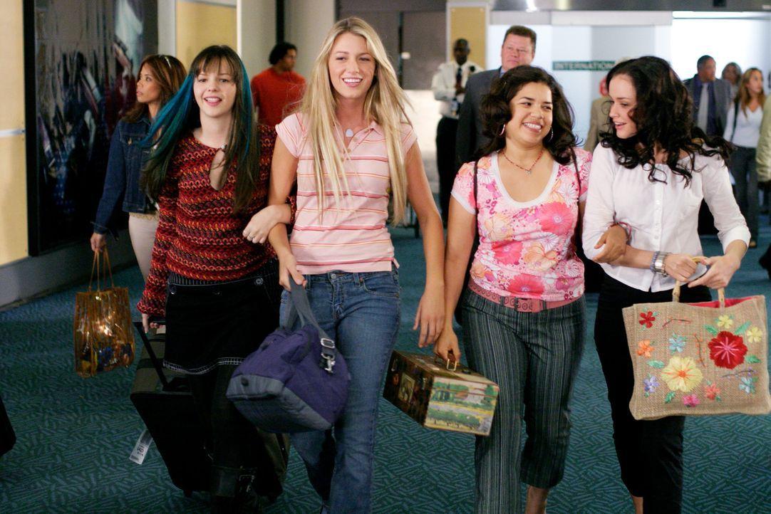 Für Tibby (Amber Tamblyn, l.), Lena (Alexis Bledel, r.), Carmen (America Ferrera, 2.v.r.) und Bridget (Blake Lively, 2.v.l.) bringt dieser Sommer b... - Bildquelle: Warner Bros.