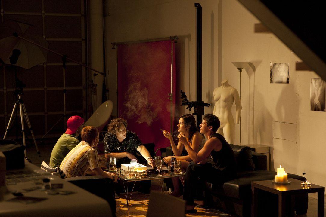 Roland Kuster (Bryan Jones, M.) ist in Hollywood ein bekannter Promi-Fotograf und feiert eines Abends ausgelassen mit Freunden in seinem Loft. Doch... - Bildquelle: Jeremy Lewis Cineflix 2010