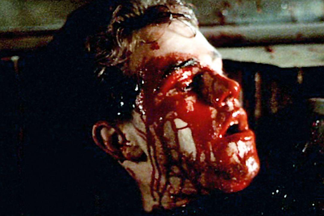 Auf Pauls (Rider Strong) Haut bilden sich plötzlich blutige Blasen. Darunter scheint etwas zu wachsen, das seine Haut allmählich auflösen lässt... - Bildquelle: Tiberius Film