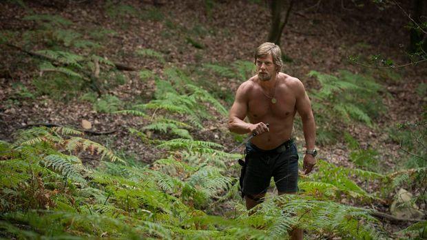 Mick Brisgau (Henning Baum) hält sich seit Monaten im Wald versteckt - nur se...