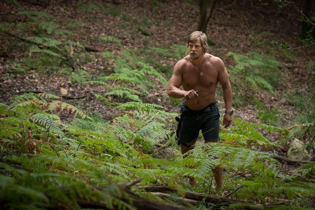 Mick Brisgau (Henning Baum) hält sich seit Monaten im Wald versteckt - nur seine Vertraute, die Uschi, weiß, wo er ist - und verrät schließlich Andr... - Bildquelle: Martin Rottenkolber SAT. 1