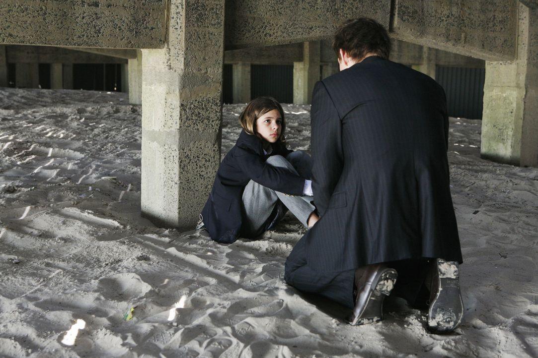 Darf Daniel Jr (Julian de la Celle, sitzend) bei seinem Papa (Eric Mabius, kniend) bleiben? - Bildquelle: 2008   ABC Studios