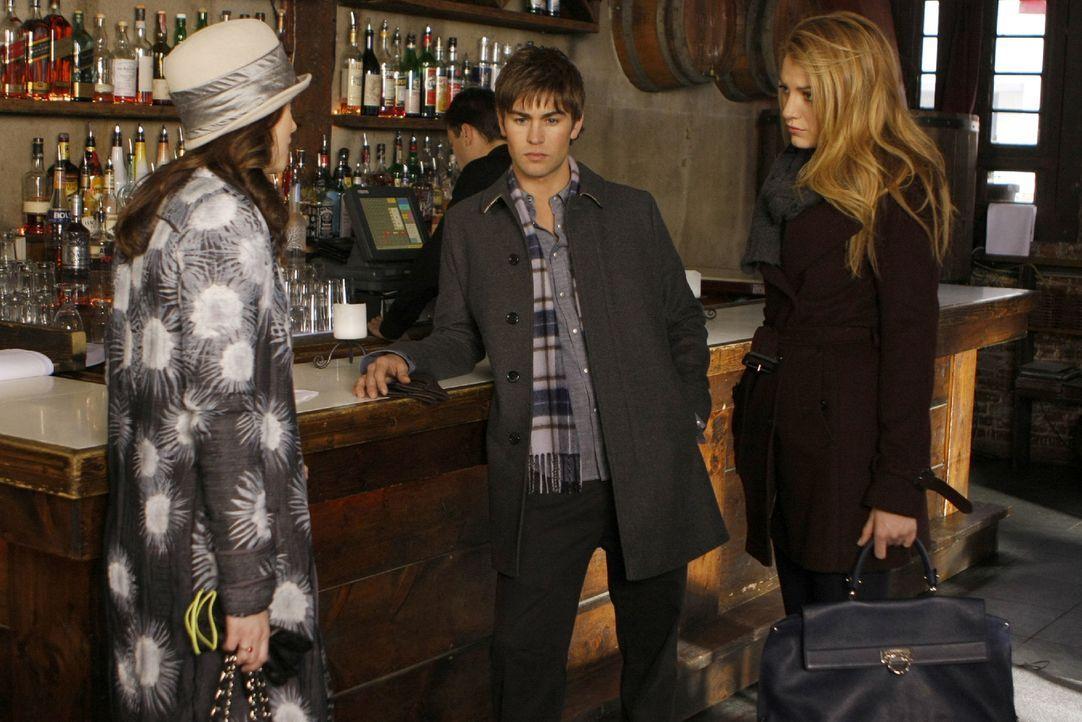 Die Freunde (v.l.: Leighton Meester, Chace Crawford, Blake Lively) hecken einen Plan aus, um Chuck zu helfen. - Bildquelle: Warner Brothers