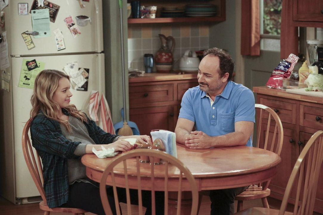 Violet (Sadie Calvano, l.) macht Alvin (Kevin Pollak, r.) unmissverständlich klar, dass er nicht einfach so auftauchen und den guten Großvater spiel... - Bildquelle: Warner Brothers Entertainment Inc.