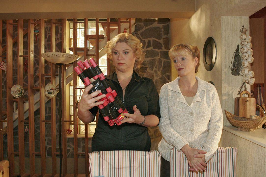 Agnes (Susanne Szell, l.) kann Helgas (Ulrike Mai, r.) Frust über Bernds Böller-Leidenschaft nachvollziehen. Sie selber muss sich eingestehen, dass... - Bildquelle: Noreen Flynn Sat.1