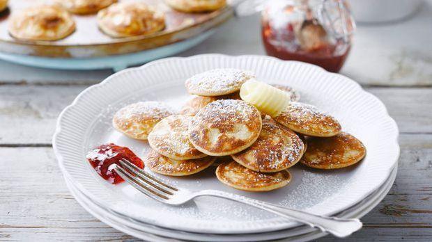 Leckere Mini-Pfannkuchen mit Erdbeermarmelade
