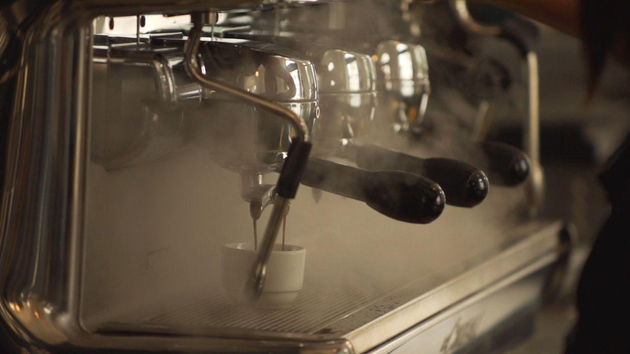 Der Unternehmer und Abenteurer Todd Carmichael trifft einen Kaffeemeister, der seine köstlichen Kaffeebohnen für 600 Dollar pro Pfund verkauft ... - Bildquelle: 2015,The Travel Channel, L.L.C. All Rights Reserved