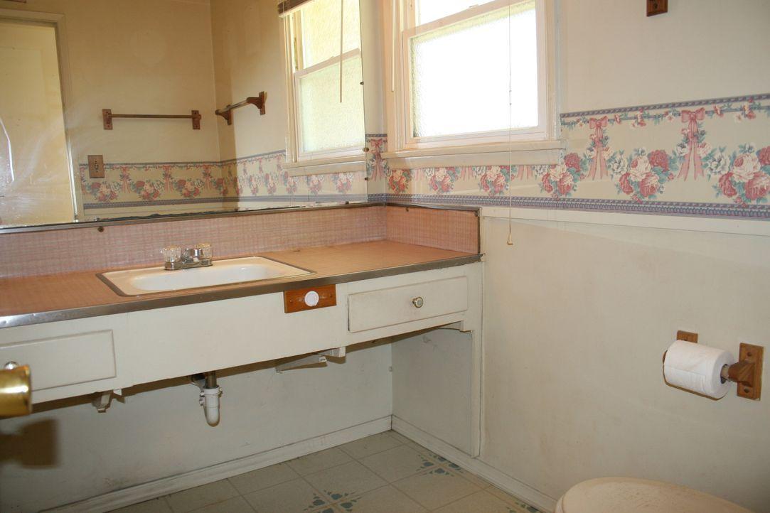 Das Badezimmer des zu renovierenden Hauses ist das einzige für drei Schlafzimmer und dazu auch noch sehr klein. Was zaubern Christina und Tarek dara... - Bildquelle: 2016,HGTV/Scripps Networks, LLC. All Rights Reserved