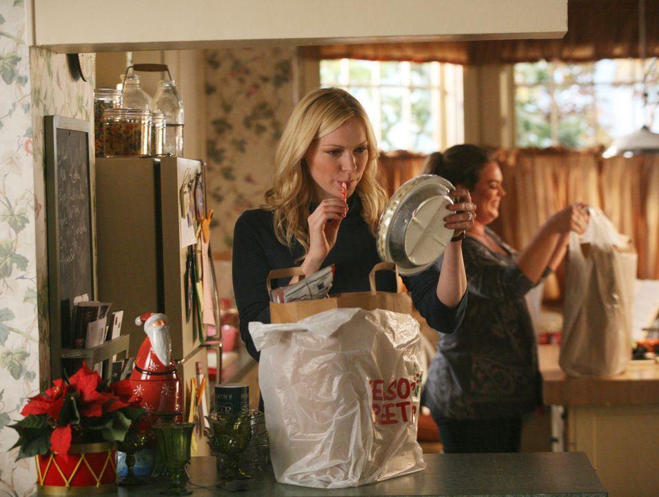 Hannah (Laura Prepon) kocht erstmals für ihre achtköpfige Familie und das noch an Weihnachten - wird das gut gehen? - Bildquelle: ABC Studios
