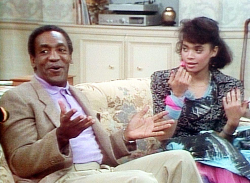 Denise (Lisa Bonet, r.) hat sich gerade die Nägel frisch lackiert, als Cliff (Bill Cosby, l.) sie als Babysitter einteilt. - Bildquelle: Viacom