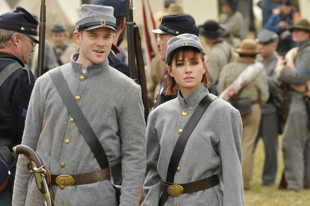 Steve (Aaron Ashmore, l.) und Claudia (Allison Scagliotti, r.) machen sich auf die Suche nach der Feldflasche von General Grant . Doch das ist gar n... - Bildquelle: Steve Wilkie Steve Wilkie/Syfy