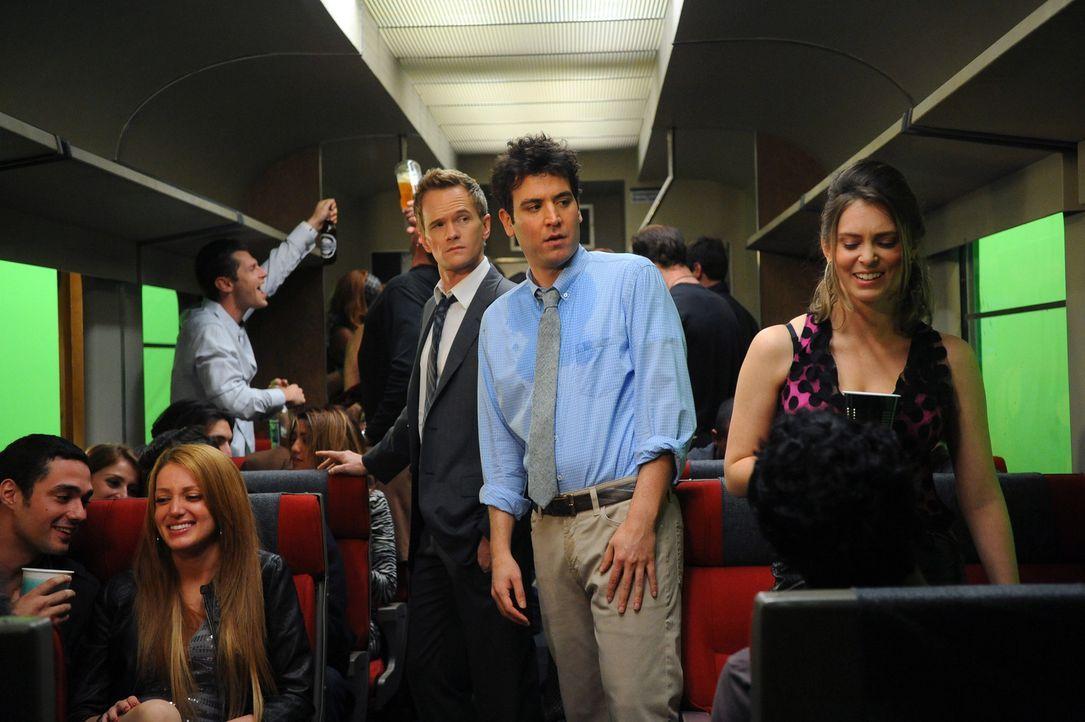 Hoffen, im Saufzug etwas Spaß zu finden: Ted (Josh Radnor, M.r.) und Barney (Neil Patrick Harris, M.l.) ... - Bildquelle: 20th Century Fox International Television