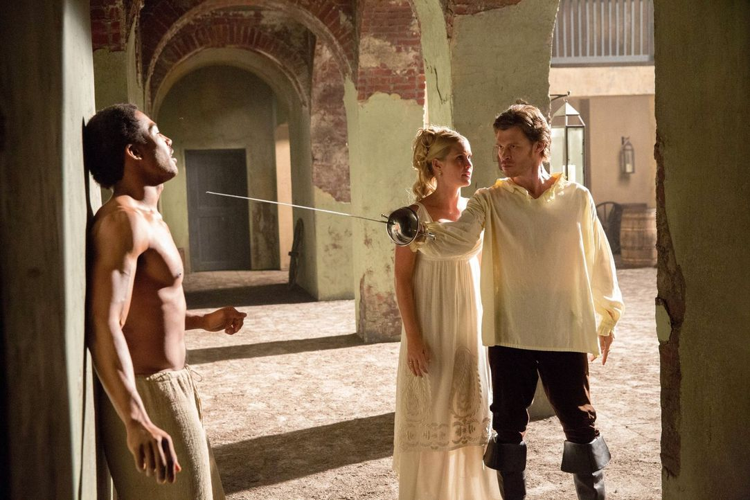Marcel (Charles Davis, l.) war für Klaus (Joseph Morgan, r.) nie nur einer von vielen - und auch für Rebekah (Claire Holt, M.) ist er etwas ganz Bes... - Bildquelle: Warner Bros. Television