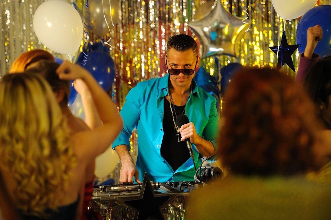 Heizt den Partygästen ein: der D.J. (Mike Sorrentino) ... - Bildquelle: Warner Brothers