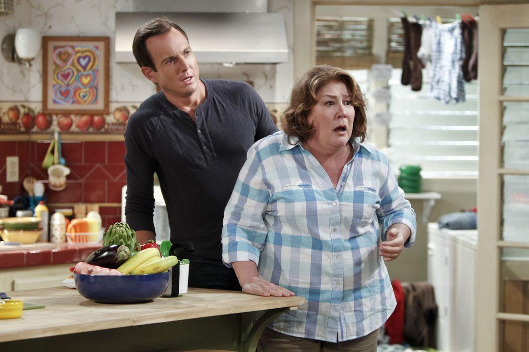 Kurzerhand beschließt Carol (Margo Martindale, r.), das Familiengrab neu zu sortieren. Nathan (Will Arnett, l.) lässt die neue Anordnung erst einm... - Bildquelle: 2013 CBS Broadcasting, Inc. All Rights Reserved.
