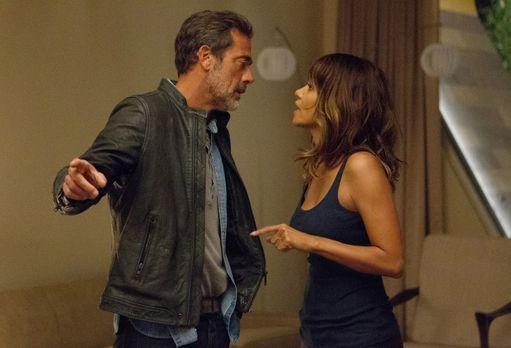 Extant - Während Molly (Halle Berry, r.) versucht, JD (Jeffrey Dean Morgan, l...
