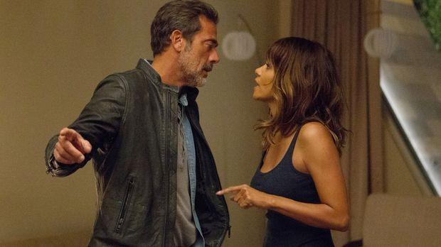 Während Molly (Halle Berry, r.) versucht, JD (Jeffrey Dean Morgan, l.) ihre T...