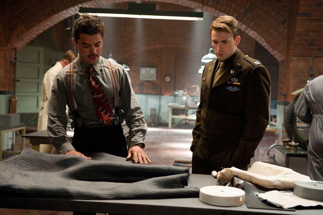 Lässt sich von dem kongenialen Erfinder Howard Stark (Dominic Cooper, l.) mit einem noch wirkungsvolleren Schutzschild ausstatten, um in einem letzt... - Bildquelle: TM &   2011 Marvel Entertainment, LLC & subs. All Rights Reserved.