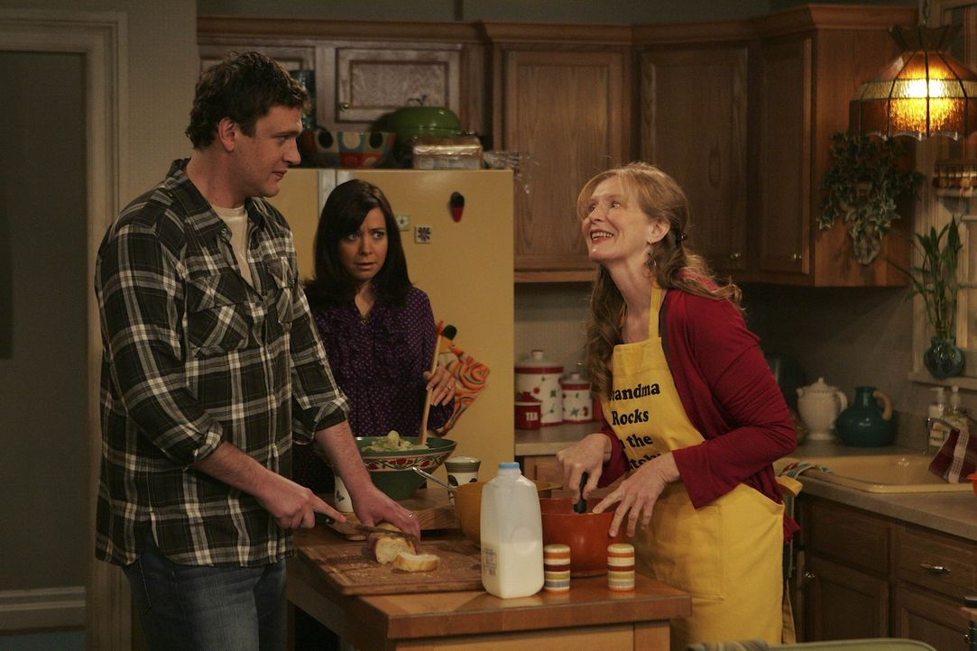 Marshall (Jason Segel, l.) und Lily (Alyson Hannigan, M.) lernen Barneys Mutter Loretta (Frances Conroy, r.) kennen und sind ziemlich erstaunt ... - Bildquelle: 20th Century Fox International Television