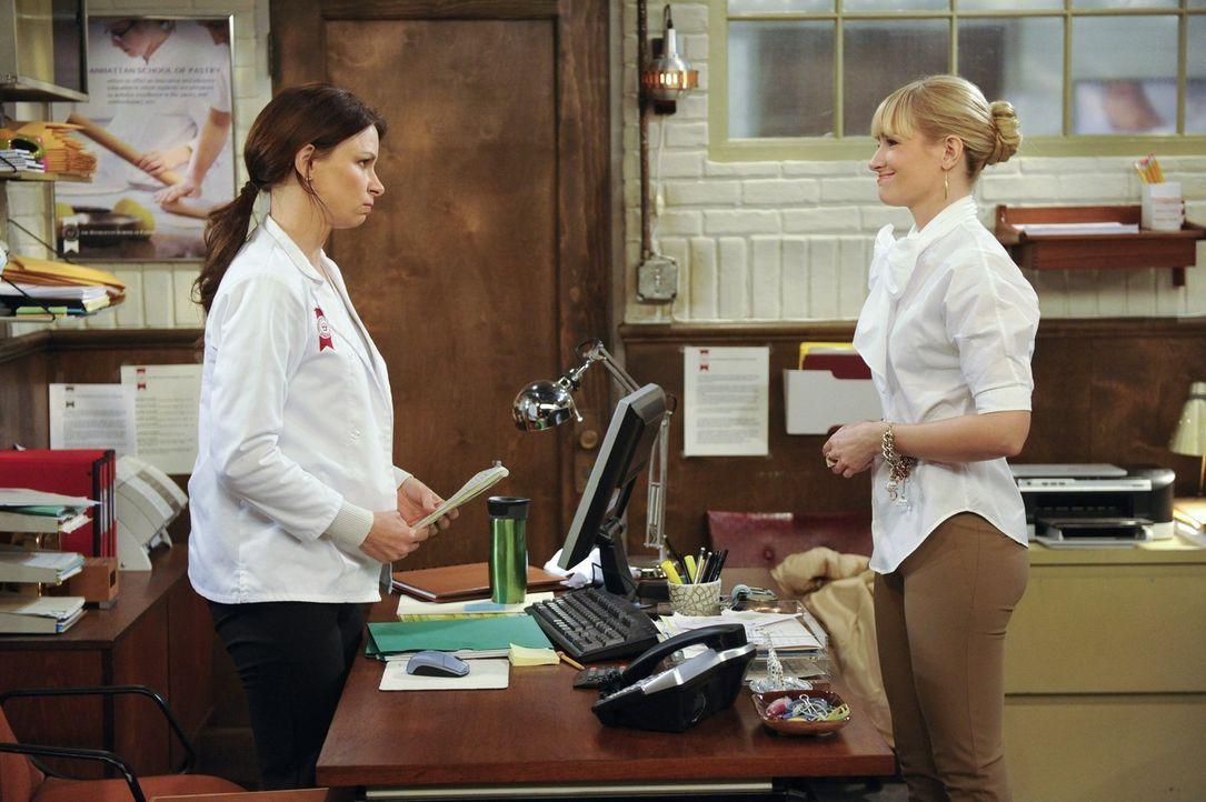 Die verrückte Bebe (Mary Lynn Rajskub, l.) scheint Caroline (Beth Behrs, r.) keine sehr große Hilfe zu sein. Dennoch verschafft sie ihr einen Job ..... - Bildquelle: Warner Bros. Television