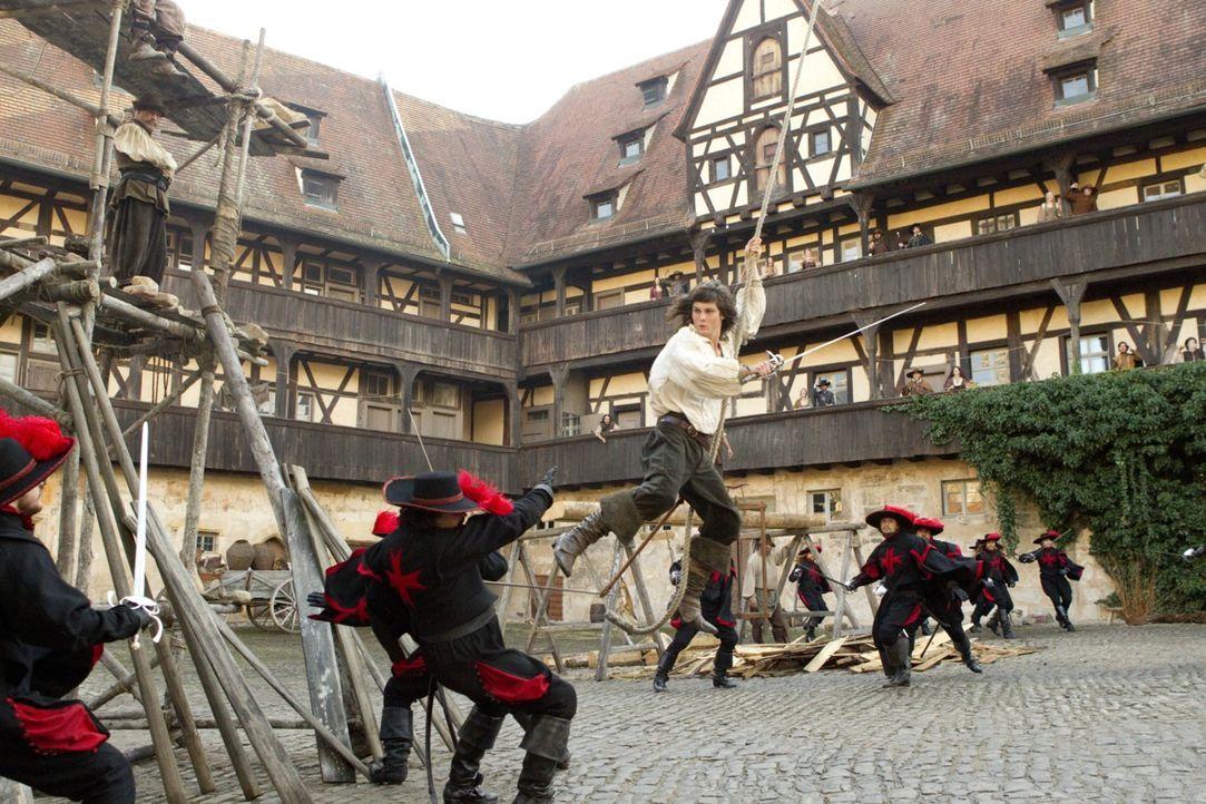 Der waghalsige D'Artagnan (Logan Lerman, M.) ist gerade erst in Paris angekommen, und schon legt er sich nicht nur mit den drei Musketieren, sondern... - Bildquelle: 2011 Constantin Film Verleih GmbH.