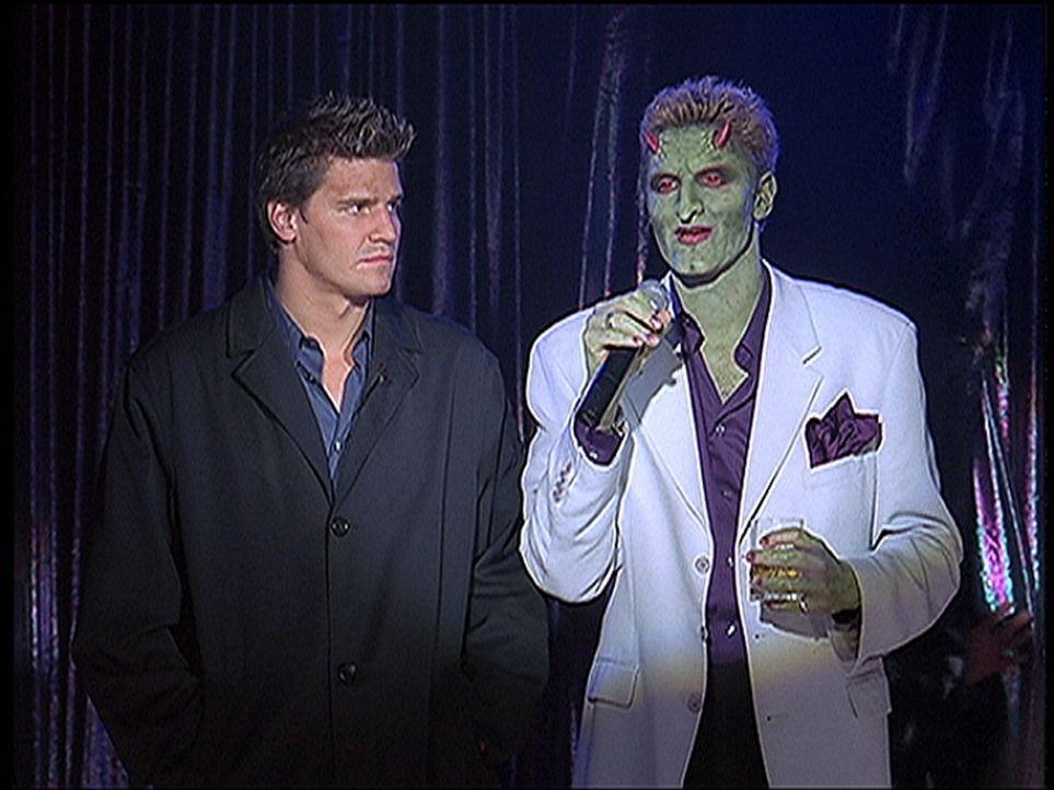 Angel (David Boreanaz, l.) hat Lampenfieber. Der Conférencier (Andy Hallett) kündigt gerade seinen Auftritt auf der Karaoke-Bühne an. - Bildquelle: TM +   2000 Twentieth Century Fox Film Corporation. All Rights Reserved.