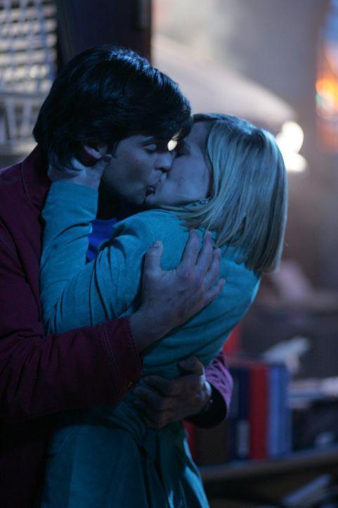 Kurz bevor es zum finalen Showdown zwischen Lex und Clark (Tom Welling, l.) kommt, küsst der Superheld noch Freundin Chloe (Allison Mack, r.) Wird e... - Bildquelle: Warner Bros.
